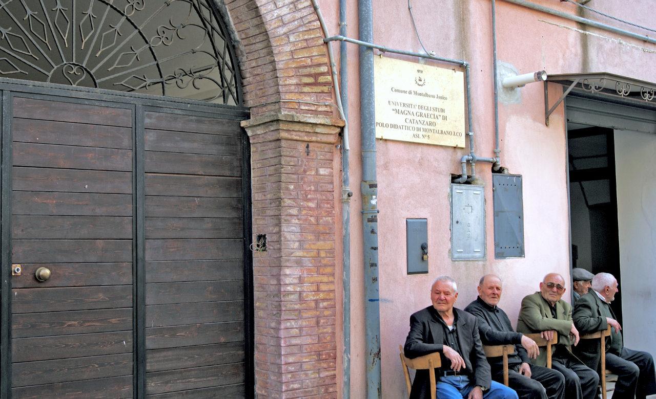 Vecchietti davanti all'Università di Catanzaro, Antonio La Torre