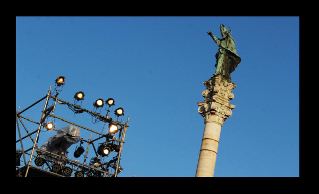 La statua di Sant'Oronzo affiancata da una postazione luci durante una manifestazione musicale, Lecce, Annagrazia Schiavone