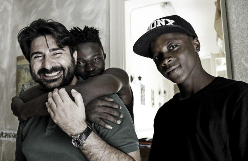 """Palermo, non sono soli: un educatore insieme ad alcuni dei ragazzi accolti (Foto: studio14photo per CIAI, ente capofila del progetto """"Ragazzi Harraga"""")"""