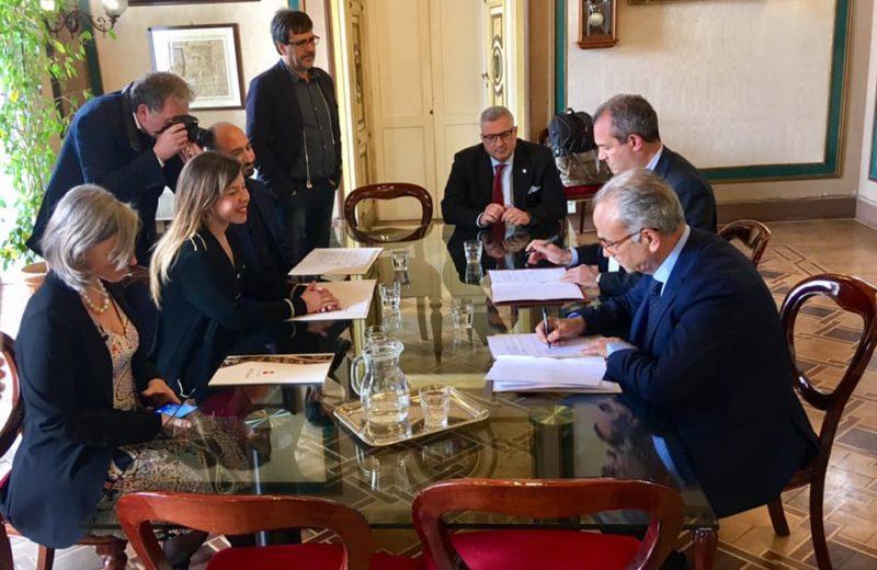 La firma dell'accordo sui Beni Confiscati tra Carlo Borgomeo e Luigi De Magistris