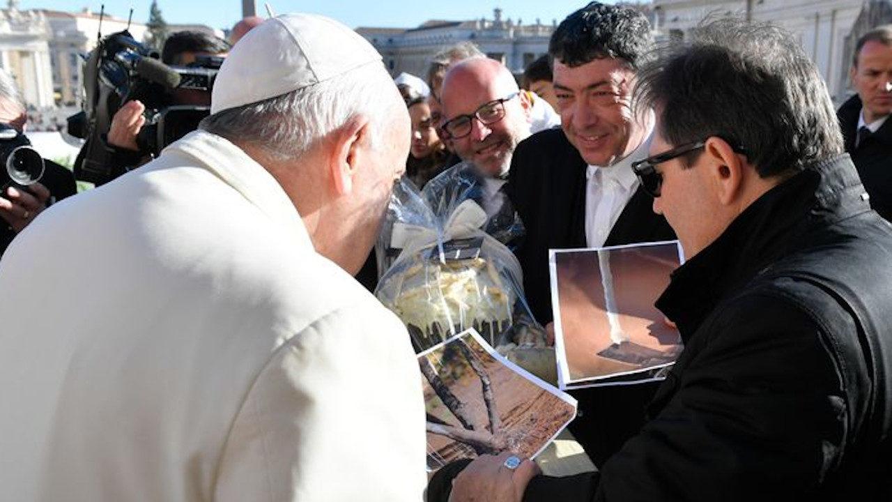 Papa Francesco riceve in dono la manna di Castelbuono