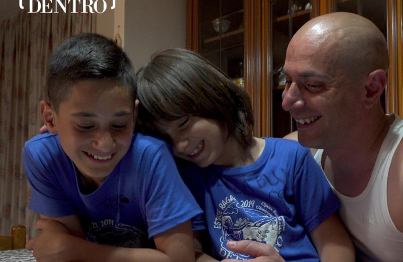 Mario Battista e i suoi due figli in una scena del documentario La luce dentro